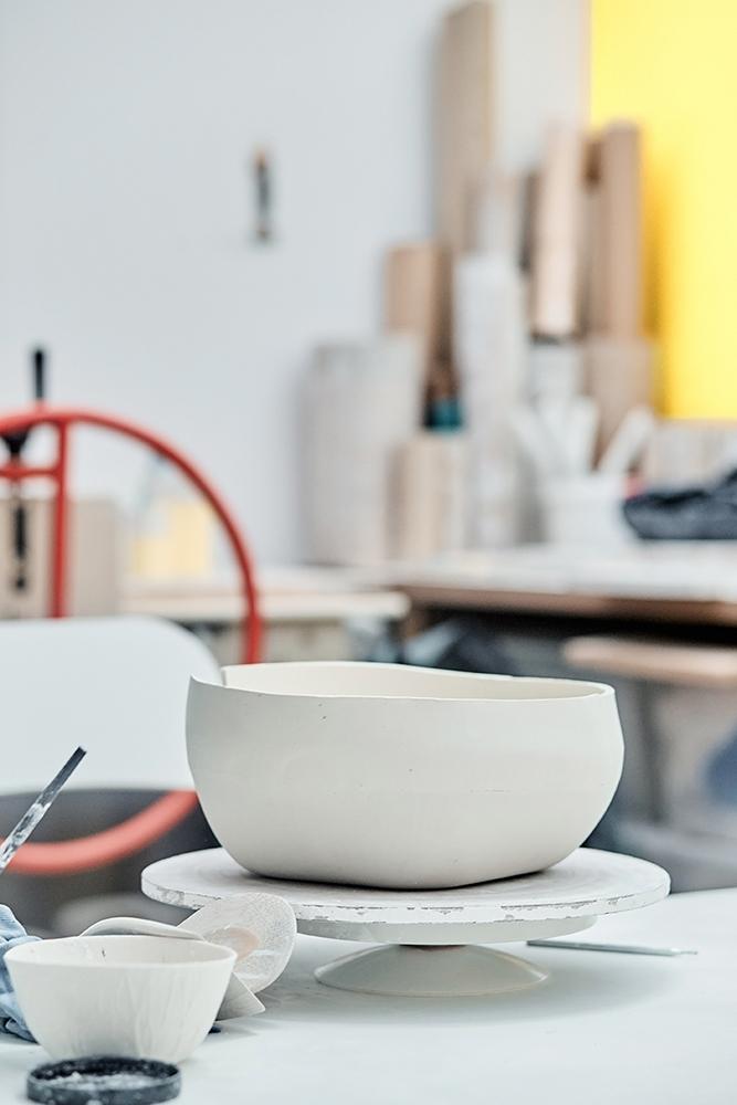 pot de porcelaine dans l'atelier d'eric hibelot